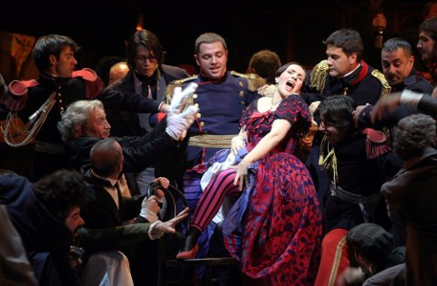 Feststemning, gledestårer og norsk debut er noe av det publikum kan forvente når verdensberømte La Scala igjen åpner dørene i Milano. Arkivfoto: Marco Brescia / La Scala / AP / NTB