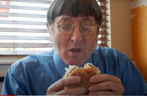 Donald Gorske (67) tar en bit av favoritt-burgeren sin. Han har i snitt spist to Big Mac-er hver dag siden tidlig 1970-tallet.