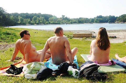 Merete Skarsvåg, Bjørn Skarsvåg og Linda foretrekker å være naken på stranden. De er medlemmer at Vestlandets Naturistforening.