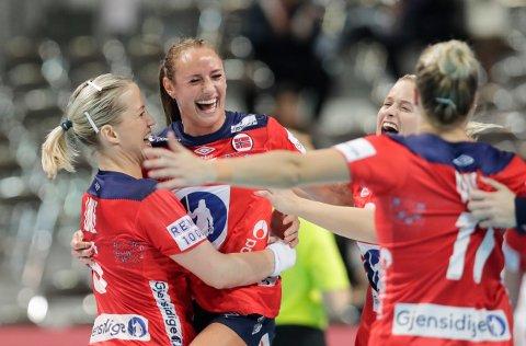 VILL JUBEL: De norske håndballjentene jublet vilt for seier mot Danmark i søndagens kamp.