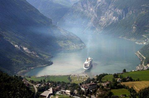 FRISK LUFT: I år kan du til og med oppleve Geirangerfjorden uten at eksosen fra cruiseskipene ligger som et ekstra skylag oppetter fjellesidene.