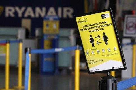 Lavprisflyselskapet med koronaråd til passasjerer ved innsjekkingsskranken på flyplassen i Dublin. Flybransjen står overfor en enorm omstilling grunnet pandemien.