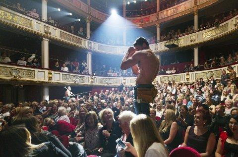 PLYSJ UTEN PYSJ: Chippendales blant plysjstolene i Drammens Teater. De 12 mannlige stripperne gikk av scenen, og ut i salen, i går kveld. Teatret solgte 1.032 billetter på to kvelder.