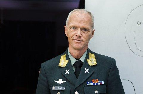 """Generalløytnant Robert Mood reagerer på nyheten om at politiet går med patroner i kammeret på våpenet til enhver tid, og mener det er en """"ganske voldsom beredskap""""."""
