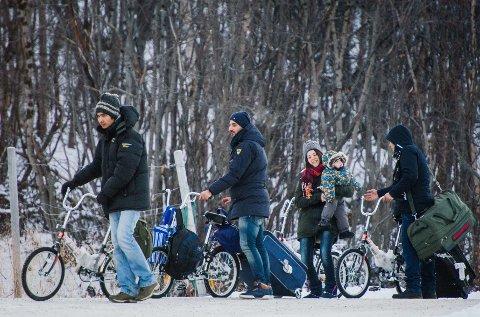 5.500 asylsøkere kom syklende over Storskog-grensen fra Russland til Norge i fjor høst. Nå krangler Norge med Russland om hvor mange av dem Russland må ta tilbake. Her fra november i fjor.