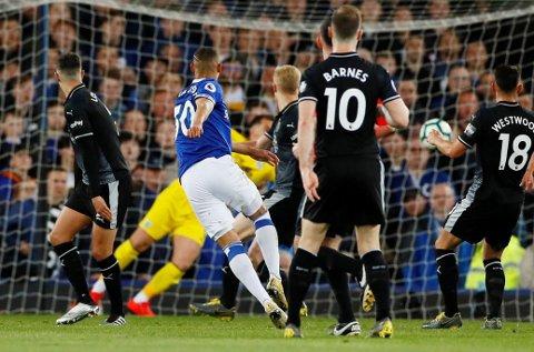 SELVMÅL: Ben Mee styrte Richarlisons skudd i eget mål. Dette var Burnley-forsvarerens fjerde selvmål i Premier League siden 2016.