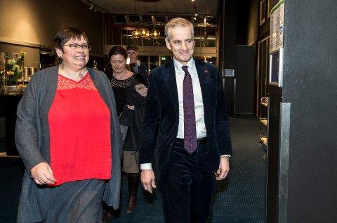 SPENTE: Trondheims ordfører Rita Ottervik (Ap) og partileder Jonas Gahr Støre sammen på årsmøtet i Trondheim Ap tidligere i år. Partiet kan få et kraftig tilbakeslag denne valgnatta.