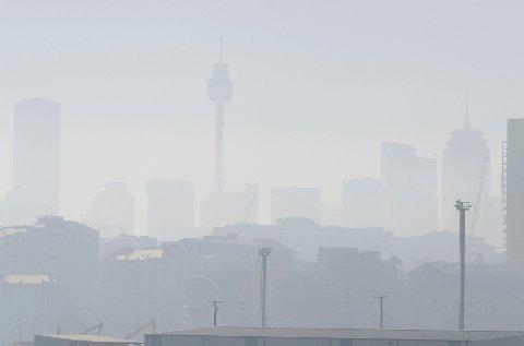 TETT RØYK: Visibiliteten i storbyen er svært begrenset, og luften er målt til å være helsefarlig.