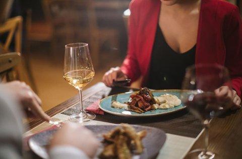 UTROSKAP: En amerikansk kvinne påstår at hun avslørte ektemannens utroskap etter å ha sett et bilde av ham på date med en annen kvinne i en restaurantanmeldelse.