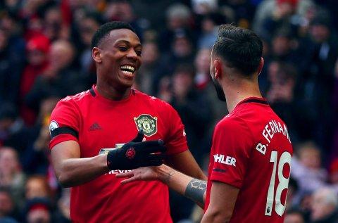 MOT BEDRE TIDER: Anthony Martial (til venstre) fant fram ballkunster som man har sett lite av hos Manchester United denne sesongen. Pasingslegger Bruno Fernandes var balnt de første i gratulasjonskøen..