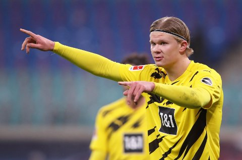 NESTEN «ARBEIDSLØS»: Erling Braut Haaland forsøkte å dirgiere lagkompisene da Borussia Dortmund strevde i første omgang.