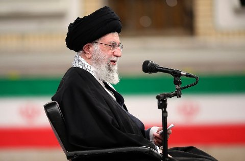 Iran sier de på nytt vil forholde seg til atomavtalen fra 2015, dersom USA først på nytt slutter seg til avtalen. Foto: Kontoret til Irans øverste leder / AP / NTB