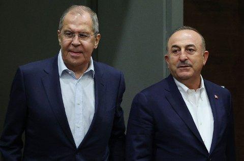 AVVENTENDE: Tyrkias utenriksminister Mevlut Cavusoglu og hans russiske kollega Sergej Lavrov fotografert under et møte i Antalya i juni.