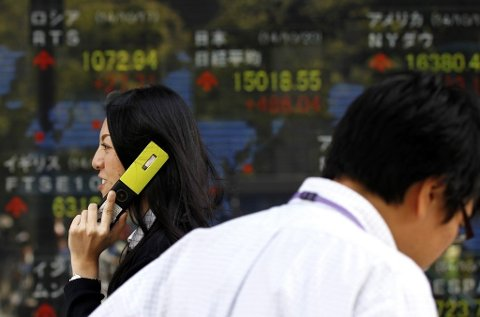 BØRSENE FALLER: Etter en bekmørk dag på børsene over stort sett hele verden innleder Asia tirsdag med nye røde tall.