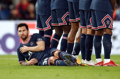DANNET BAKTROPPEN: Lionel Messi ble plassert liggende bak muren da Manchester City hadde frispark.