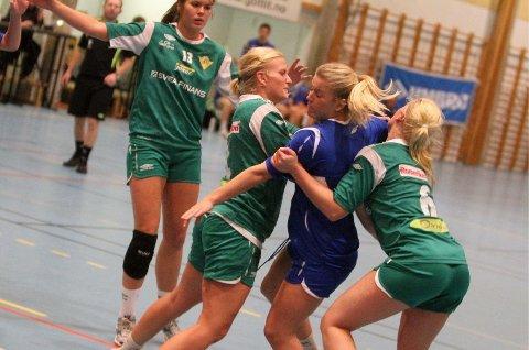 Lot seg ikke stoppe: Carina Skjæret og BSK lot seg ikke stoppe av Andrea Ohrvik (høyre) og Fjellhammer i søndagens kamp.