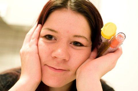 AKUTTMEDISIN: Disse to ampullene kan redde livet til Fredrika ved akutt allergi. Legerot gjør at hun ikke kan pakke de bort.