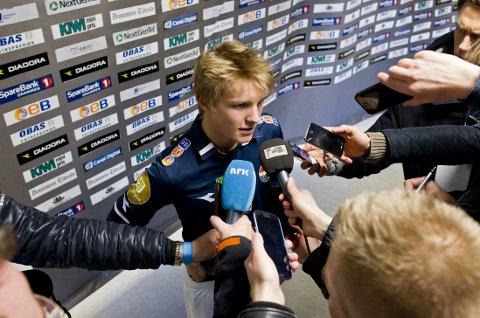OMKRANSET: Alle ville snakke med 15 år gamle Martin Ødegaard ettter at han debuterte søndag.