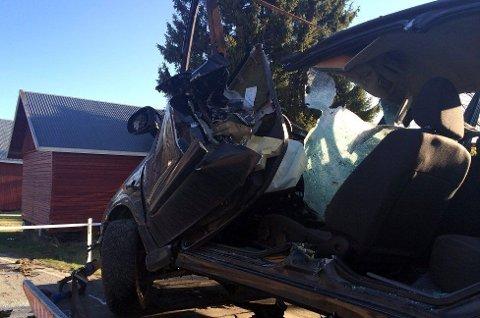 OMKOM: Brannvesenet brukte over en halvtime på å kutte den omkomne ut av bilvraket.
