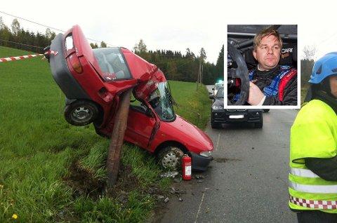 DRAMATISK: Her endte personbilen etter å ha kjørt av veien i Spydeberg mandag ettermiddag. Henning Solberg ble vitne til den dramatiske hendelsen.
