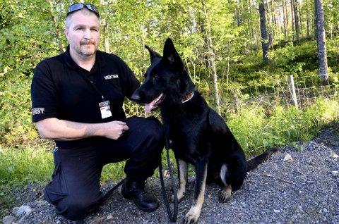 FANT LIKET: Erlend Laupsa og hunden Nike fant sammen med en selverklært klarsynt liket i Skogbygda. - Det var veldig spesielt, sier Laupsa om å bli ledet i retningen av liket.