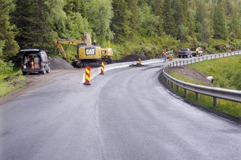 NY ASFALT BLE GRAVD OPP ETTER EN UKE: Først ble det lagt et avrettingsdekke på E6 ved Urlandå. Så ble veien gravd over for å legge ei stikkrenne. Nå skal slitedekket legges.