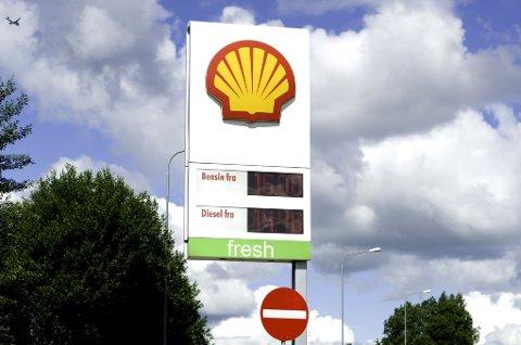 REKORD: Listeprisen hos Shell i Norge var torsdag 19. juni 15,83 kroner. Flere steder i landet har man imidlertid sett 16,00 kroner og høyere. Dette bildet er fra Shell Skedsmovollen på E6 i Skedsmo.