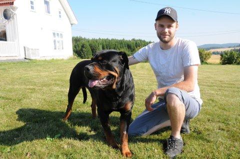 ANGREPET: 15 meter fra husveggen ble hunden Gismo angrepet av to ulv. Eier Espen Eriksen er glad for at hunden er i live.
