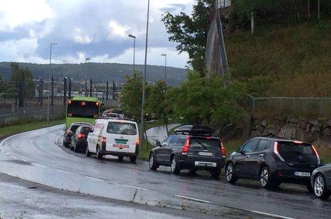 KØ-KAOS: Slik ser det ut mellom Strømmen og Rælingen torsdag ettermiddag.