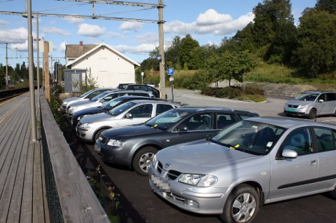 EN P-VAKTS PARADIS: Flere titalls bilister er blitt bøtelagt på Frogner stasjon de siste dagene. Pendlerne mener det er liten tvil om at pendlerparkeringen er for liten.