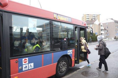 BEHOLDES: Ruter mener det er best for både tidsskjemaet og de reisende at 70-bussen og 73-bussen fortsatt betjener begge holdeplassene her i Enebakkveien ved Ryen-krysset.