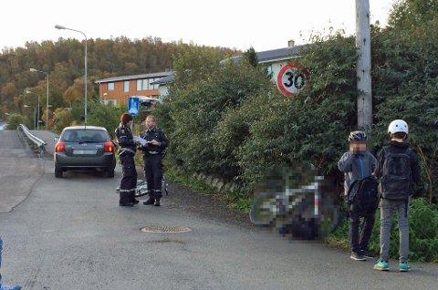 En ungdomsskoleelev ble torsdag morgen påkjørt og fraktet til sykehus i Harstad. Guttene til høyre i bildet har ingenting med ulykken å gjøre.