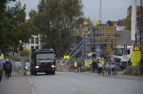 SNART FERDIG: Det ser kanskje ikke sånn ut, men om bare tre uker skal trikken igjen kjøre på bro her over Nordstrandveien. Foto: Nina Schyberg Olsen
