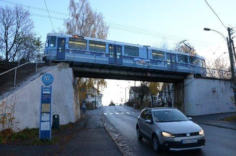 NY BRO: I morgen kjører trikken igjen over Nordstrandveien, men denne gamle broen er erstattet av en ny bro med dobbeltspor. Arkivfoto: Nina Schyberg Olsen