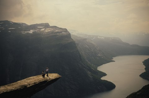 SPEKTAKULÆRT: Harald Six sørget for at både han og kjæresten sto langt unna kanten før han gikk ned på kne.