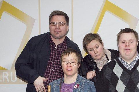 TANGERUDBAKKEN: Olav Grimdalen jr. til venstre, sammen med, Hege-Anette Havik, Cecilie P. Nilsen og Bjørn Terje Axelsen i Tangerudbakken Borettslag i forbindelse med at tv-serien ble nominert i kategorien Beste dokusåpe i Gullruten 2011.