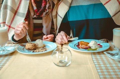 MYE GOD MAT OG DRIKKE: Det blir kanskje noen ekstra restaurantmiddager og desserter når man får seg kjæreste.