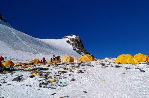 SØPLA FLYTER: Mange av dem som betaler i dyre dommer for retten til å sette foten på verdens høyeste topp ser ikke ut til å bry seg om hvilke andre spor de etterlater seg. Bildet er tatt ved Camp 4 på Mount Everest 21. mai i år.
