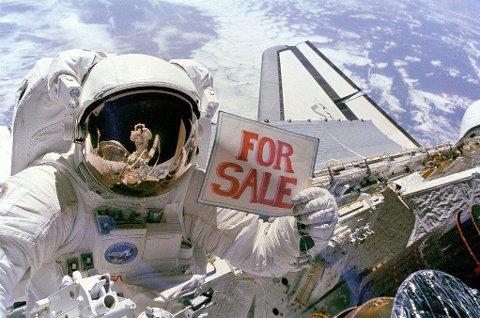 En amerikansk astronaut spøker med å selge en defekt satellitt under en romvandring i 2000.