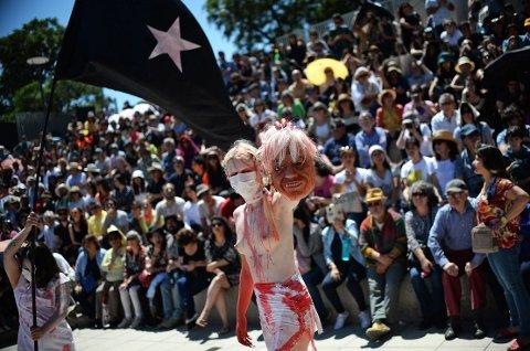 En demonstrant holder en ansiktsmaske av Chiles president Sebastián Piñera under en protestforestillingen mot ham og regjeringen ved museet for menneskerettigheter i Santiago.