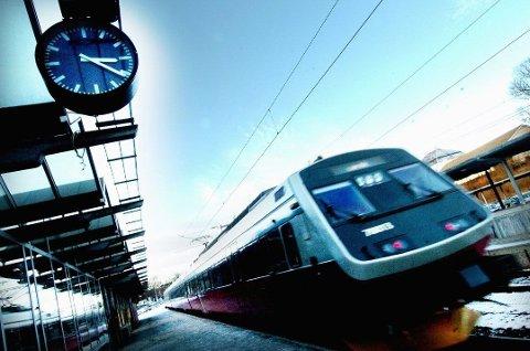FORSINKELSER: Et tog som sperret sporet mellom Nationaltheateret og Skøyen er fjernet, men skaper fremdeles problemer mandag morgen.