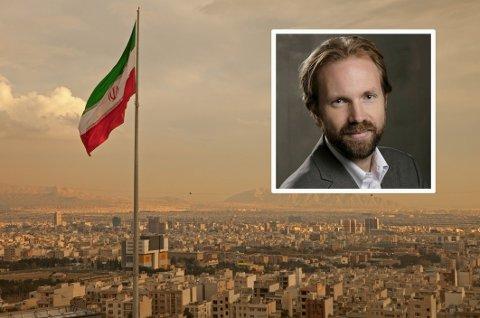 NRKs utenrikssjef, Sigurd Falkenberg Mikkelsen (innfelt), mener de har utført et godt stykke journalistisk arbeid. Her med det iranske flagget vaiende i vinden over hovedstaden Teheran.