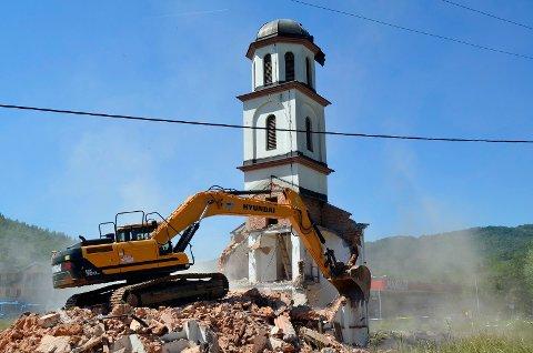 Den ortodokse kirken i landsbyen Konjevic Polje ved Srebrenica i Bosnia rives etter en 20 år lang juridisk strid. Kirken var bygd på tomta til en bosnisk kvinne som mistet mannen sin i Srebrenica-massakren og selv måtte flykte. Foto: Sladjan Tomic / AP / NTB