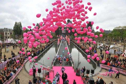 TIL HIMMELS: Årets Giro d'Italia startet i Amsterdam. Her sendes rosa ballonger til værs i forbindelse med tempoetappen i den nederlandske hovedstaden. Bradley Wiggins vant åpningsetappen og tok dermed den rosa ledertrøya, mens Tyler Farrar var først over målstreken på etappe nummer to.