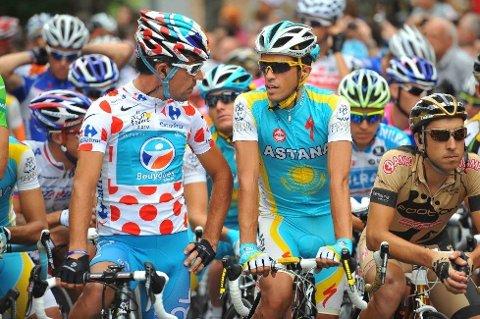 PÅ START: Rytterne tok seg en prat før etappen til Revel. Kanskje greit med litt god stemning før 196 småkuperte kilometere på sykkkelen. Anthony Charteau (Bouygues Telecom) og Alberto Contador (Astana) var langt fremme i feltet før start.