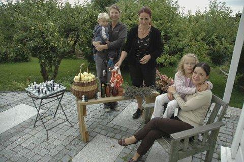 Kolonister: Marte Brekke med Erling, Cecilie Glomseth og Claudia van Diermen Jacobsen med Thea på fanget, her før høstmarkedet i fjor. I år markeres dessuten 80-årsjubileet. Arkivfoto: Karl Andreas Kjelstrup