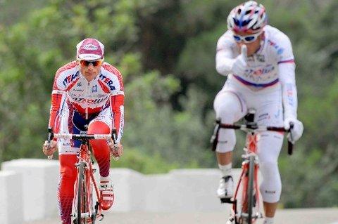 LETT!: Alexandr Kolobnev (til høyre) og Danilo di Luca avsluttet økten med litt sprinttreningen. Pozzato? Det beste tipset er nok bakhjulet til Paolini. Han kommer nok frem på velodromen i Roubaix.
