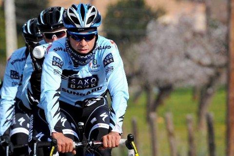 JA, HER ER HAN: Alberto Contador har latt masken falle og viser seg fram sammen med sine nye lagkamerater langs landeveien.