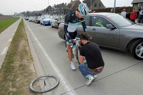 STRESSET LEOPARD-KAPTEN: Fabian Cancellara punkterte flere ganger, og fikk senere problemer med bakgiret. Men etter et kjapt sykkelbytte var han tilbake i favorittgruppen.