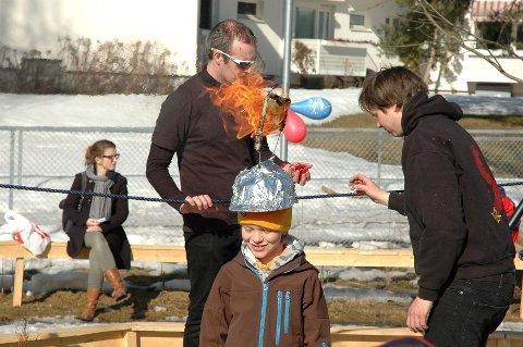 Brendan (t.v.) og Harald sørget for en barnehageåpning med futt og smell på Rektorhaugen. Sindre fikk jobben med å bære ildhjelm.